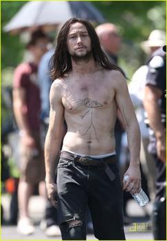 joseph-gordon-levitt-hesher-shirtless-07_large.jpg